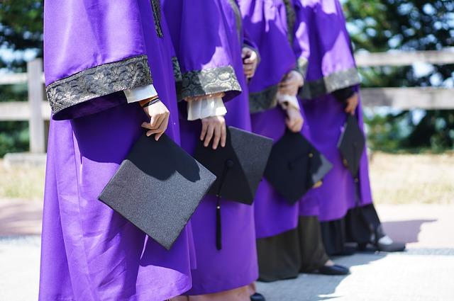 řada absolventů
