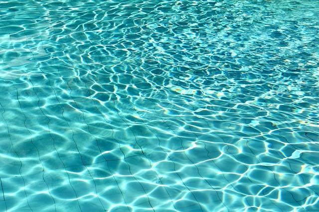 průzračná voda v bazénu