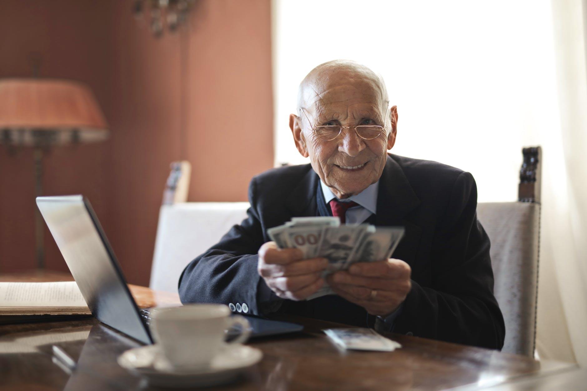 starý pán a peníz